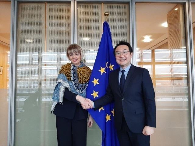 李度勋(右)和赫尔加·施密德 韩国驻驻比利时使馆、驻欧盟使团供图(图片严禁转载复制)