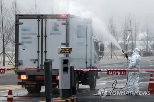 2月2日上午,在国家公务员人才开发院,载着便当的餐车进行喷雾消毒。 韩联社