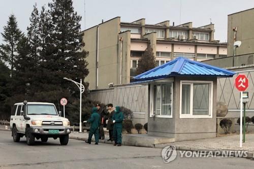资料图片:2月3日,在平壤,朝鲜卫生部门工作人员对居民进行新冠病毒检疫检查。 韩联社/塔斯社(图片仅限韩国国内使用,严禁转载复制)