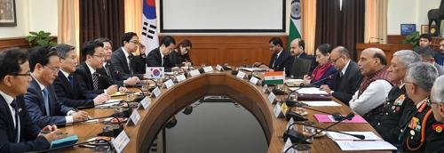 韩国防长郑景斗在新德里会见印度防长辛格