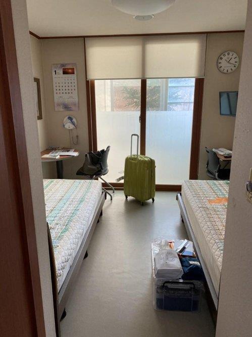 资料图片:从武汉回到韩国的侨民入住的镇川国家公务员人才开发院内部 韩联社