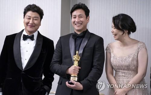 当地时间2月9日,在洛杉矶的伦敦西好莱坞酒店,主演《寄生虫》的宋康昊(左起)、李善均、张慧珍开怀一笑。 韩联社