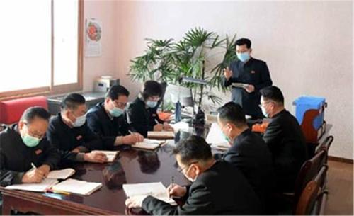 金在龙(中间站立)佩戴口罩主持会议。 韩联社/《劳动新闻》官网截图(图片仅限韩国国内使用,严禁转载复制)