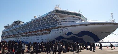 """""""钻石公主""""号邮轮在横滨大黑码头停靠,吸引诸多媒体记者围观。图片摄于2月11日。 韩联社"""