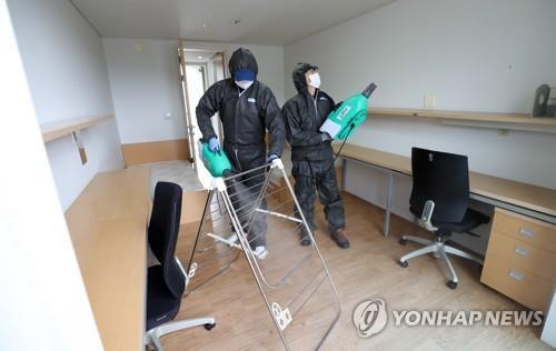 资料图片:学生宿舍消毒防疫。 韩联社