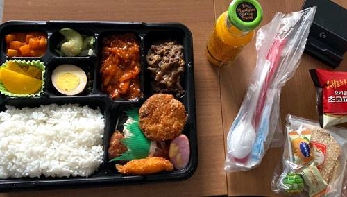 资料图片:仁川大学为接受隔离的中国留学生提供的盒饭和零食。 留学生A某供图(图片严禁转载复制)
