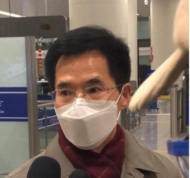 资料图片:韩国新任驻武汉总领事姜承锡抵达武汉天河机场。 环球网截图