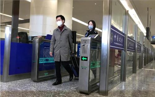 资料图片:韩国新任驻武汉总领事姜承锡接抵达武汉天河机场。 中国日报网截图(图片严禁转载复制)