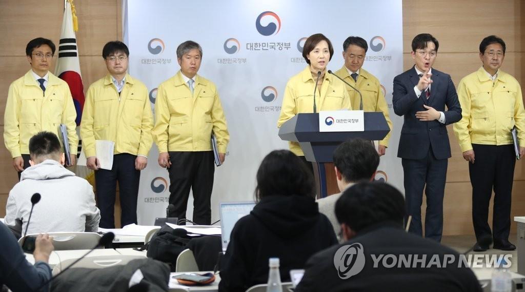 2月23日,在韩国中央政府首尔办公楼,教育部长官俞银惠在记者会上发言。 韩联社