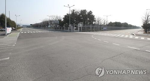 资料图片:现代汽车蔚山工厂大门前空空荡荡。 韩联社