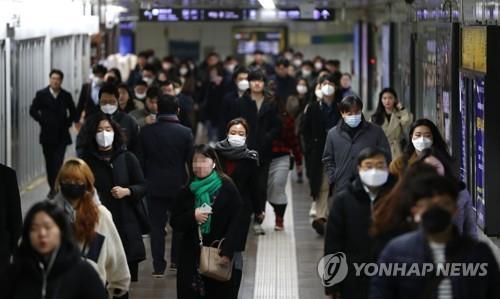 资料图片:着口罩上班的人们 韩联社