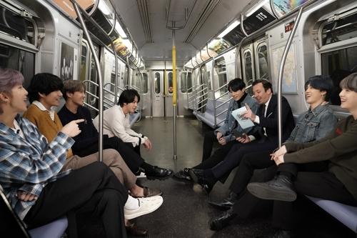 当地时间2月24日,防弹少年团与主持人吉米·法伦在纽约地铁上畅谈新专辑。 Andrew Lipovsky/NBC电视台供图(图片严禁转载复制)