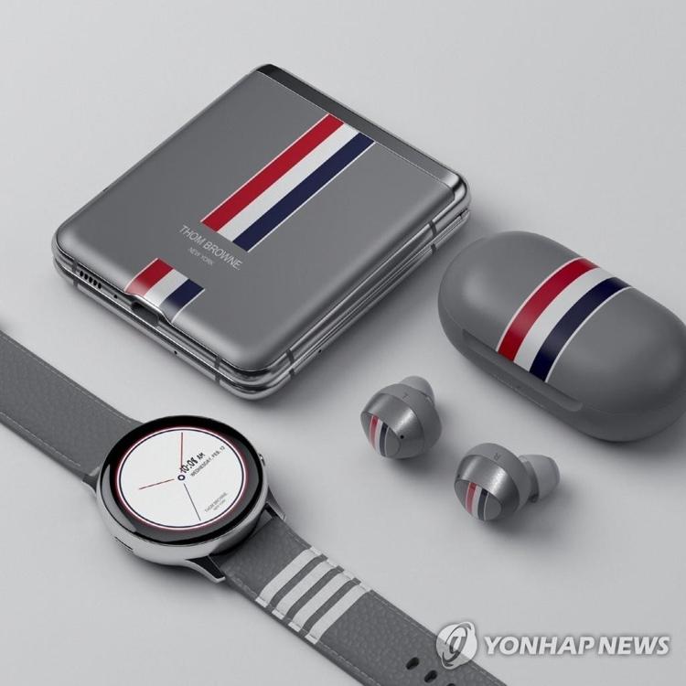 资料图片:三星携手Thom Browne推出Galaxy Z Flip联名限量款。 韩联社/三星电子供图(图片严禁转载复制)