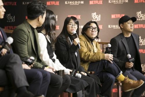 编剧金恩熙(右三)在发布会上讲话。 奈飞供图(图片严禁转载复制)