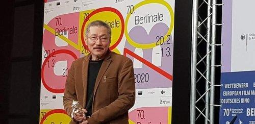 资料图片:当地时间2月29日,洪尚秀获颁第70届柏林国际电影节最佳导演银熊奖后现身记者会。 韩联社
