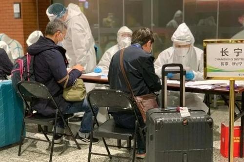 资料图片:3月9日,在上海虹桥机场,入境人员注册个人信息。 韩联社/《解放日报》供图(图片严禁转载复制)
