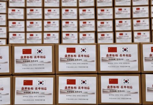 中国驻韩大使馆3月12日表示,向首尔市捐赠2.5万只KF94口罩。 韩联社/中国驻韩大使馆供图(图片严禁转载复制)