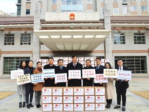 中国驻韩大使馆向首尔市捐赠口罩 韩联社/中国驻韩大使馆供图(图片严禁转载复制)