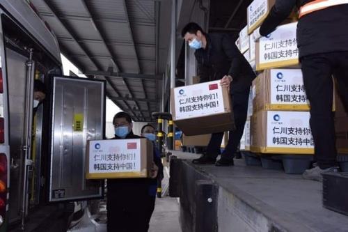 资料图片:韩国仁川市向中国重庆市赠送的防护物资 韩联社