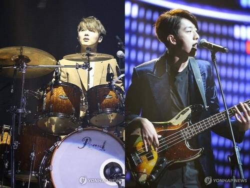 资料图片:CNBLUE鼓手姜敏赫(左)和贝斯手李正信 韩联社