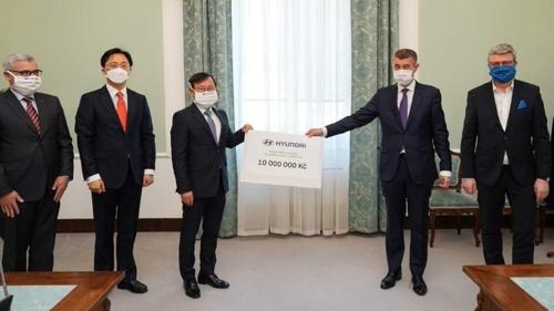 金泰珍(左二)、梁东焕(左三)、巴比什(右二)合影留念。 韩驻捷使馆供图(图片严禁转载复制)