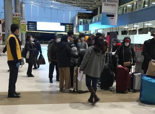 3月28日在拉巴斯机场,47名旅玻韩人等待美国包机。 韩联社/韩国驻玻使馆供图(图片严禁转载复制)