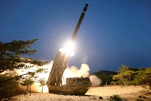 """朝鲜3月30日证实29日试射了""""超大型多管火箭炮"""",图为《劳动新闻》刊登发射照片。 《劳动新闻》官网截图(图片仅限韩国国内使用,严禁转载复制)"""