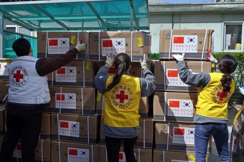 红十字会职员准备将中方捐助的100万只医用口罩分发至全国各地。 韩联社/大韩红十字会供图(图片严禁转载复制)