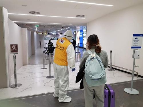 当地时间4月1日,在罗马菲乌米奇诺机场,韩国旅意侨民们正准备搭乘包机回国。 韩联社/韩国驻意大利大使馆供图(图片严禁转载复制)