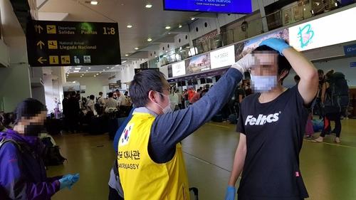 8名旅玻韩人乘美国包机踏上回国路
