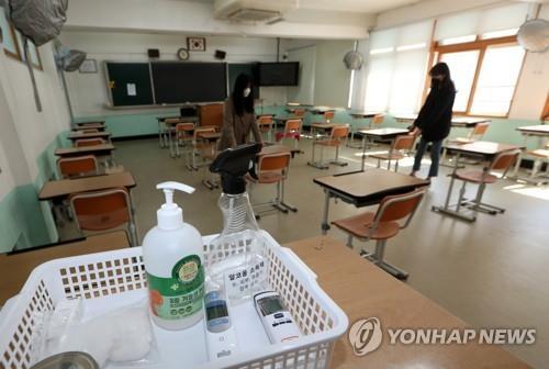 资料图片:光州市一高中教室配备免洗手消毒液。 韩联社