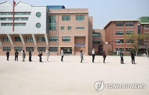 """资料图片:投票也要保持""""社交距离""""。 韩联社"""