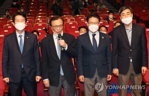 资料图片:4月15日,在国会议员会馆,共同民主党党首李海瓒(左二)就国会议员选举进行发言。 韩联社