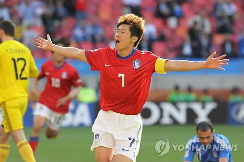 资料图片:在2010南非世界杯B组小组赛韩国队对阵希腊队的比赛中,朴智星庆祝进球。 韩联社