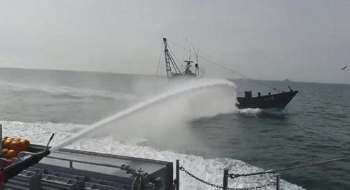 韩国海警驱逐17艘非法捕捞中国渔船