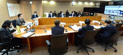 4月17日,在首尔,赵世暎(左二)参加韩中副外长视频会议。 外交部供图(图片严禁转载复制)