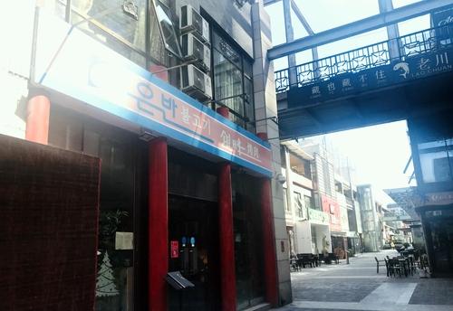 4月21日,在北京,朝鲜驻华大使馆附近的朝鲜餐厅正常营业。韩联社