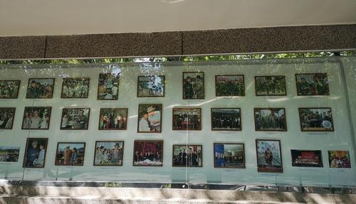 """4月21日,在北京,朝鲜驻华大使馆户外宣传栏上展示纪念""""太阳节"""",即朝鲜已故最高领导人金日成诞辰日(4月15日)的宣传照。 韩联社"""