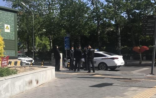 4月21日,在北京,朝鲜驻华大使馆附近的交叉路口增派了2辆警车和5名警员。 韩联社