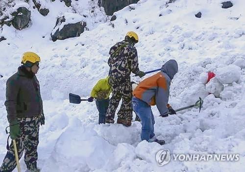 1月22日,在安纳普尔纳峰,尼泊尔军人寻找失踪人员。 韩联社/欧新社供图(图片严禁转载复制)