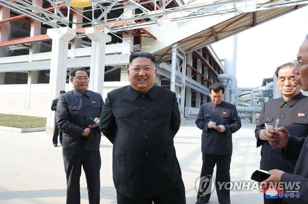 朝中社5月2日报道称,朝鲜国务委员会委员长金正恩1日出席顺天磷肥厂竣工仪式。这是金正恩时隔20天出席公开活动。 韩联社/朝中社(图片仅限韩国国内使用,严禁转载复制)