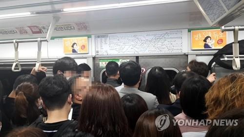 首尔市规定乘客高峰时段戴口罩乘地铁