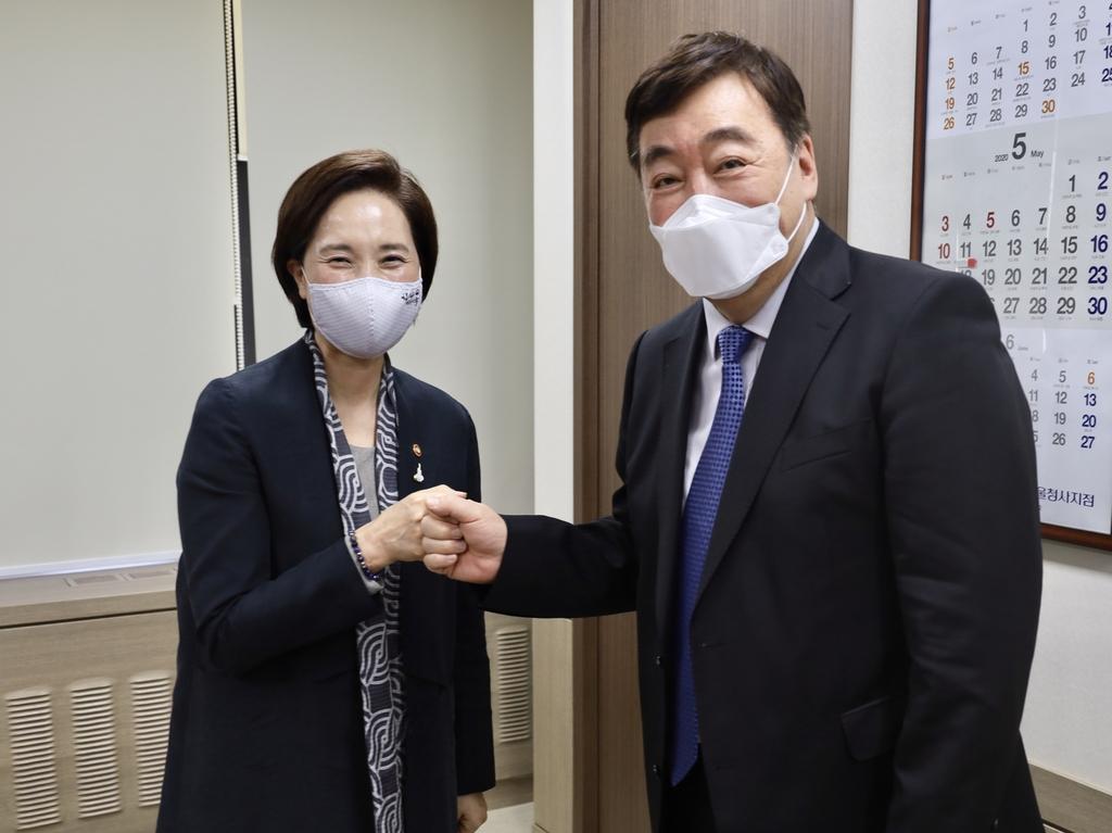 5月11日,俞银惠(左)会见邢海明。 中国驻韩国大使馆官网截图(图片严禁转载复制)