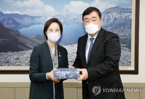 韩国副总理俞银惠会见中国驻韩大使邢海明