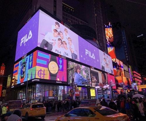 资料图片:防弹少年团代言的斐乐广告在纽约时代广场投放。 韩联社/斐乐供图(图片严禁转载复制)