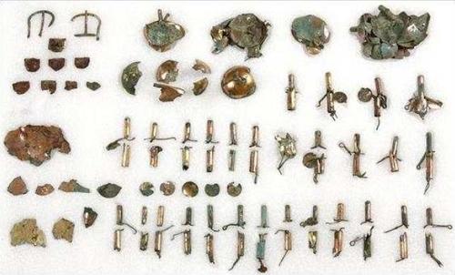 资料图片:在庆州市皇南洞120-2号新罗王朝墓葬发掘的镀金铜马具 韩国文化财厅供图(图片严禁转载复制)