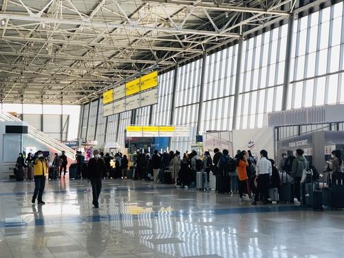 当地时间5月28日下午,在俄罗斯符拉迪沃斯托克国际机场,当地韩桥乘坐临时航班启程归国。 韩联社/韩国驻符拉迪沃斯托克总领事馆供图(图片严禁转载复制)