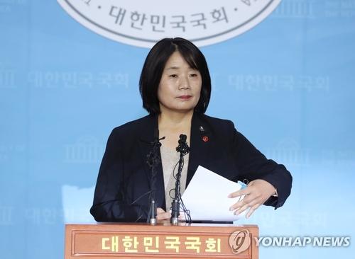 5月29日,在韩国国会,执政党共同民主党候任议员尹美香召开记者会。 韩联社