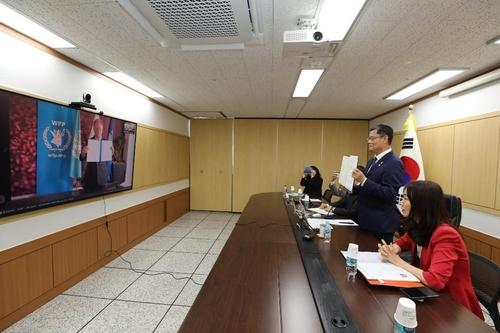 韩统一部长与世粮署掌门远程讨论援朝项目