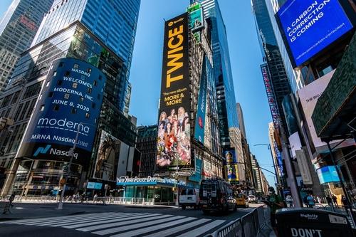 资料图片:TWICE广告视频亮相纽约时代广场。 Spotify/Republic Records供图(图片严禁转载复制)